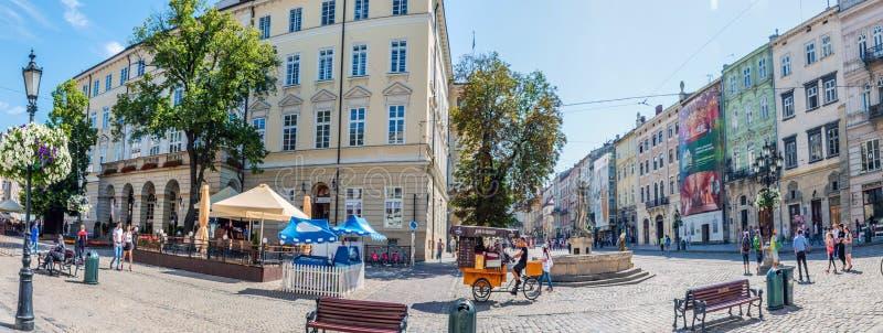 Fond de paysage urbain de vieille partie de ville de Lviv en Ukraine pendant la saison d'été images libres de droits
