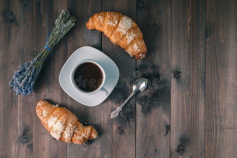 Fond de petit déjeuner continental - paire de croissants OE rustique photo libre de droits