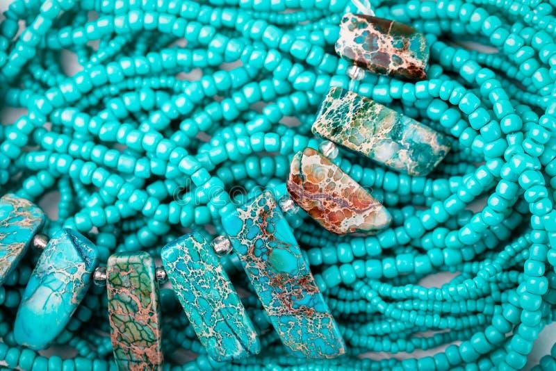 Fond de pierre turquoise Collier turquoise avec de belles perles image stock