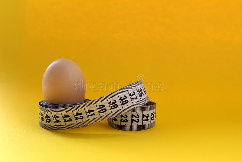Fond de régime d'oeufs et de protéine de ruban de centimètre image stock