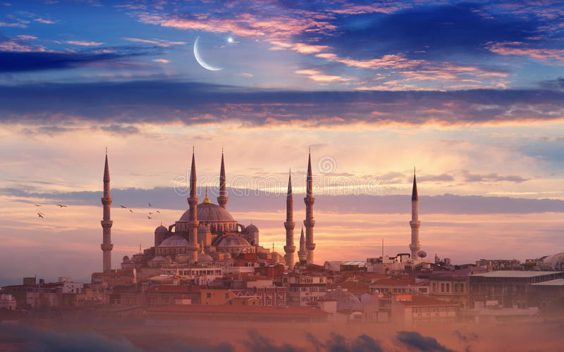 Fond de Ramadan avec la nouvelle lune, l'étoile et la mosquée photographie stock libre de droits