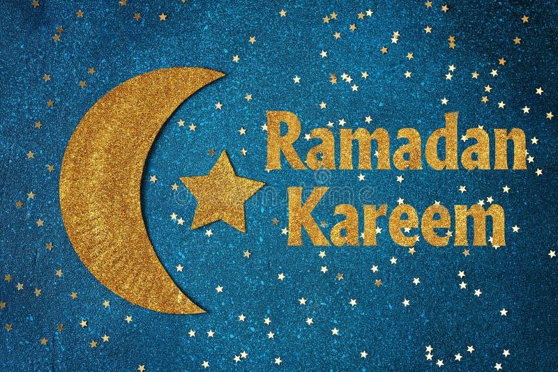 Fond de Ramadan Kareem avec le croissant et les ?toiles d'or Carte de voeux pour des vacances musulmanes Ramadan images stock