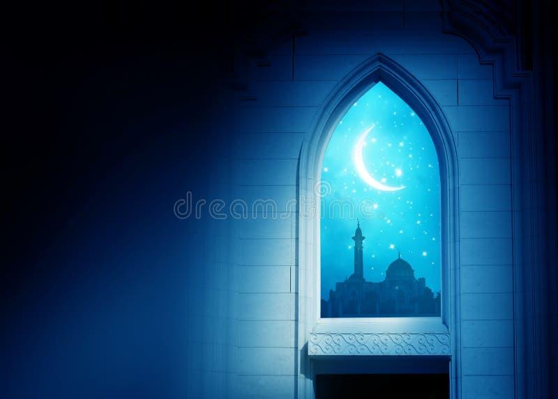 Fond de Ramadan Kareem Fenêtre de mosquée avec le croissant brillant MOIS images libres de droits