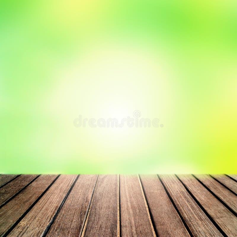 Fond de ressort - plate-forme en bois rayée de planche avec le boke abstrait photo stock