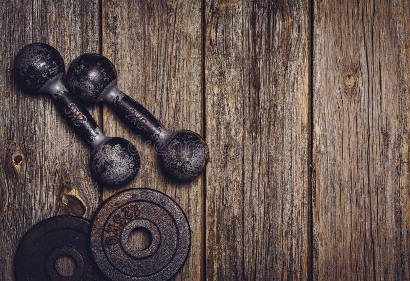 Download Fond De Séance D'entraînement De Forme Physique Haltères Sur Le Plancher En Bois Photo stock - Image du matériel, fitness: 77162160
