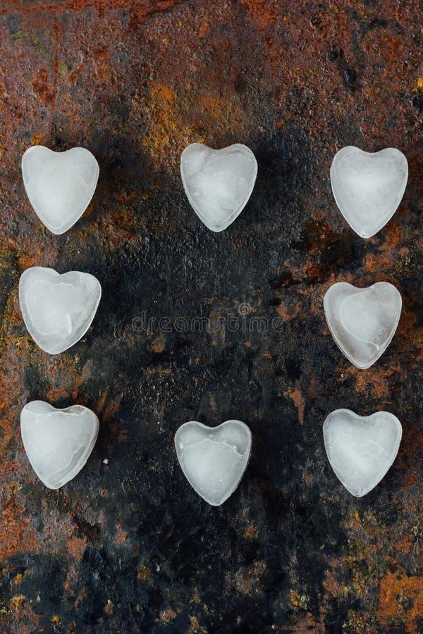 Fond de Saint-Valentin - glacez sous la forme de coeurs sur le fond rustique photo libre de droits