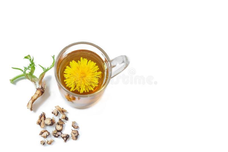 Fond de th? de pissenlit, rem?de de fines herbes Th?, fleur, feuilles et racine de pissenlit sur le fond en bois photographie stock libre de droits