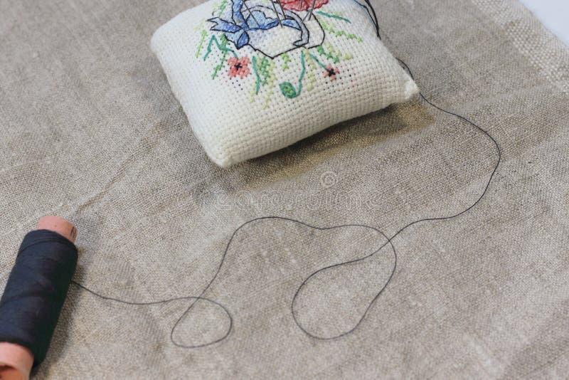 Fond de tissu brut avec la broderie de main photo libre de droits