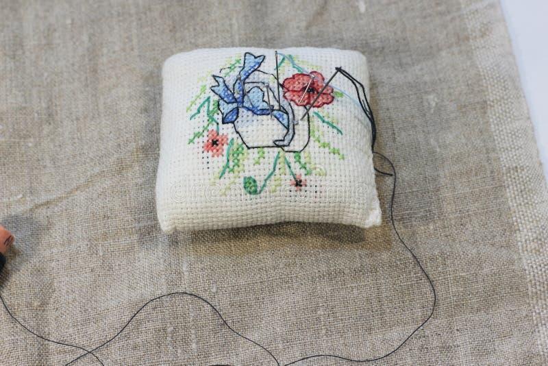 Fond de tissu brut avec la broderie de main photo stock