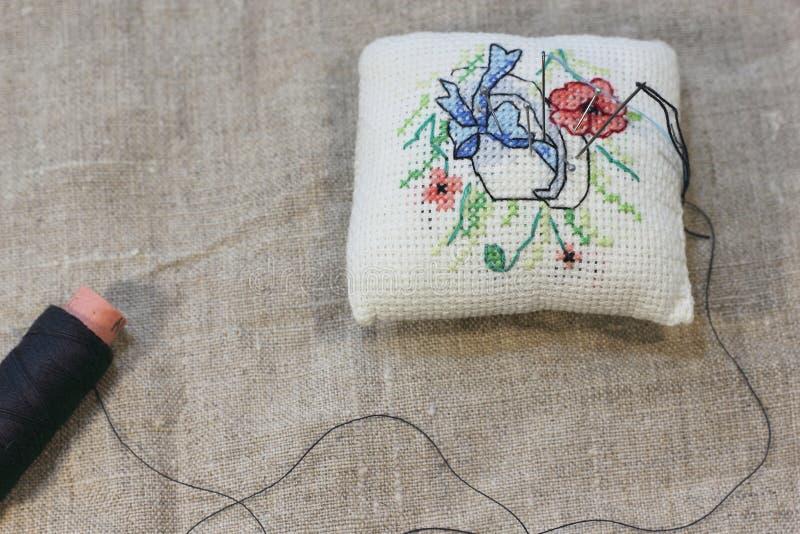 Fond de tissu brut avec la broderie de main photos libres de droits