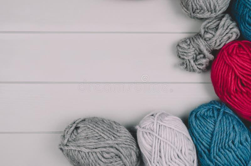 Fond de tricotage avec des boules de laine sur la table en bois grise image stock