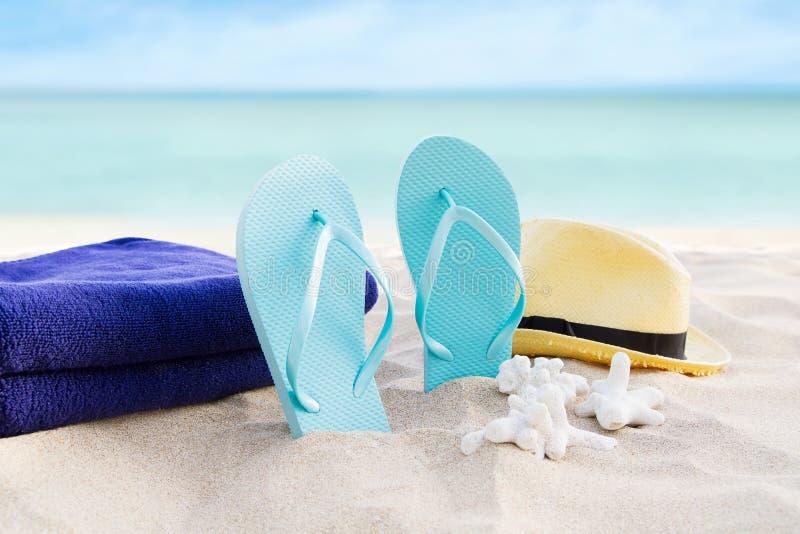 Fond de vacances d'?t? de plage Bascules électroniques, serviettes et chapeau sur le sable près de l'océan Accessoires d'?t? sur  images stock