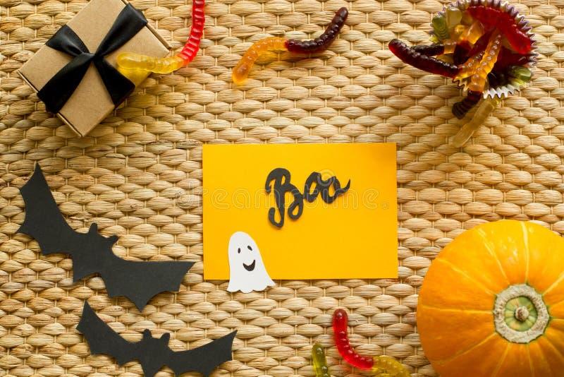 Fond de vacances de Halloween avec le potiron, sucrerie de ver, fantôme, batte images stock