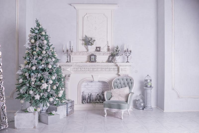 Fond de vacances de Noël Arbre de Noël avec la décoration argentée et blanche Beau plan rapproché d'arbre de Noël photos libres de droits