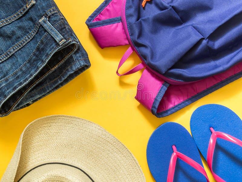 Fond de vacances de voyage Bascules électroniques, sac à dos, jeans, chapeau dessus photo stock