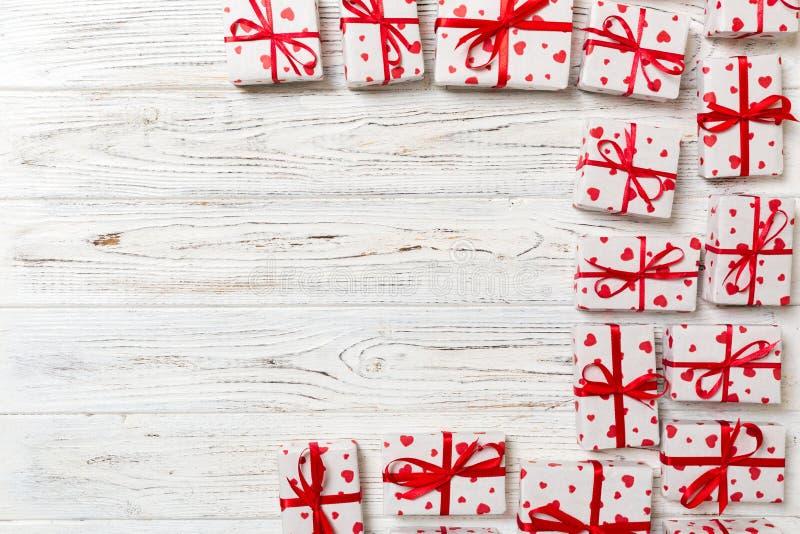 Fond de Valentine - beaucoup de boîte-cadeau actuels faits main de valentine sur le fond en bois Vue supérieure avec l'espace de  photo stock