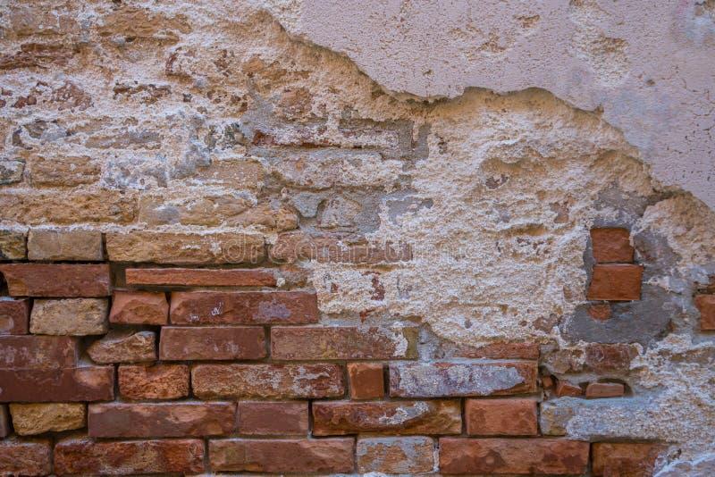 Fond de vieille texture de mur de briques de fente photos stock