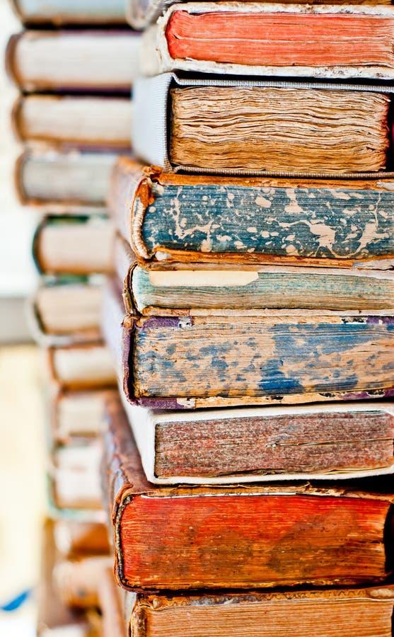 Fond de vieux livres Pile de livres dans une rang?e photos stock