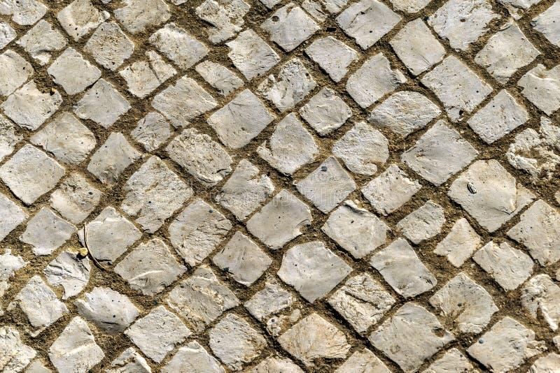 Fond de vieux pavés ronds inclinés irréguliers photos libres de droits