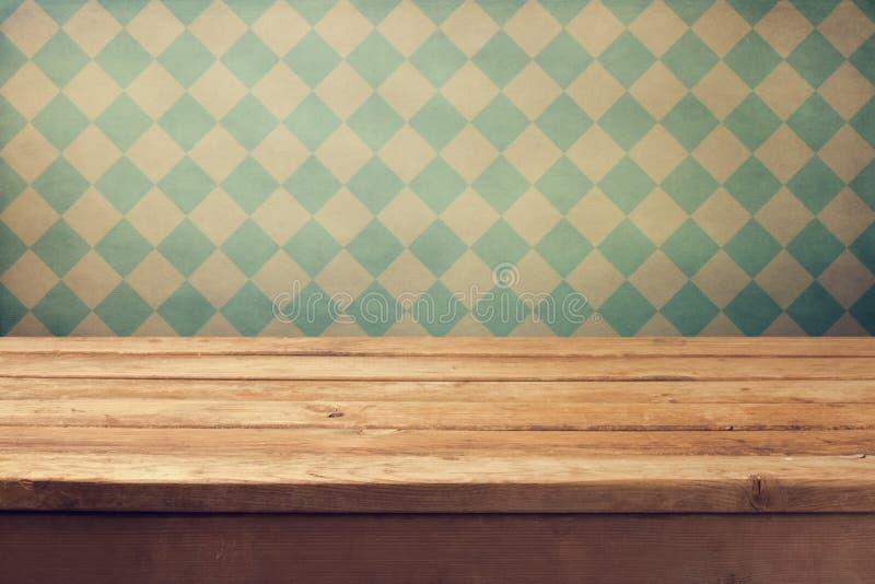Fond de vintage avec la table en bois de plate-forme au-dessus du rétro papier peint photos libres de droits