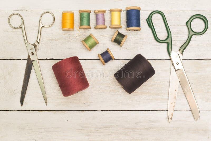 Fond de vintage avec les outils de couture ; ciseaux, bobines de couleur photo stock