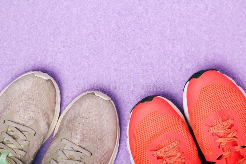 Fond de vue supérieure avec deux paires de chaussures de course image stock