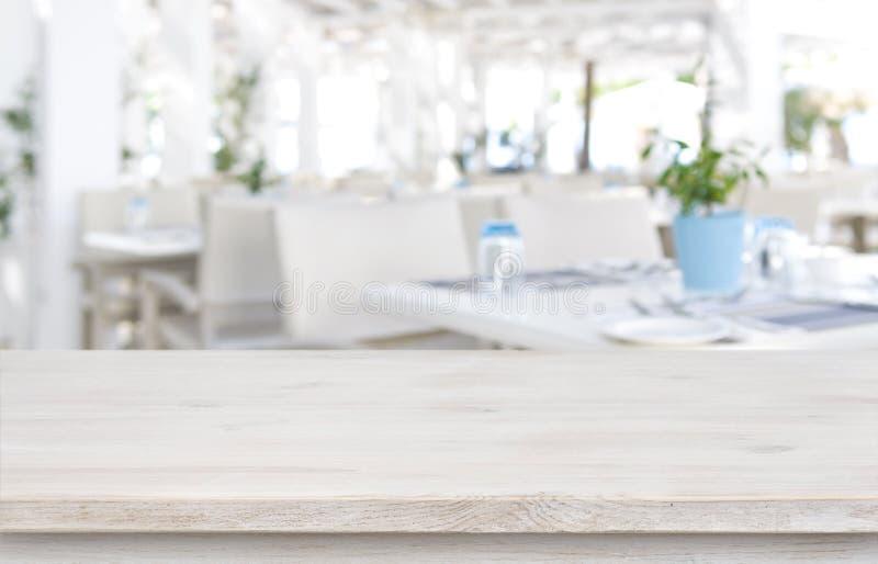 Fond Defocused de restaurant de station de vacances avec le dessus de table en bois dans l'avant photo libre de droits
