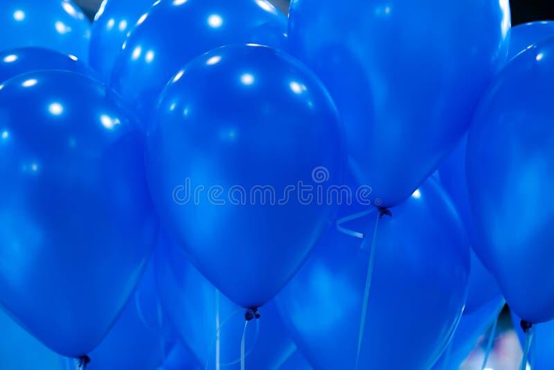 Fond des ballons gonflables jaunes lumineux dans le ciel photos stock
