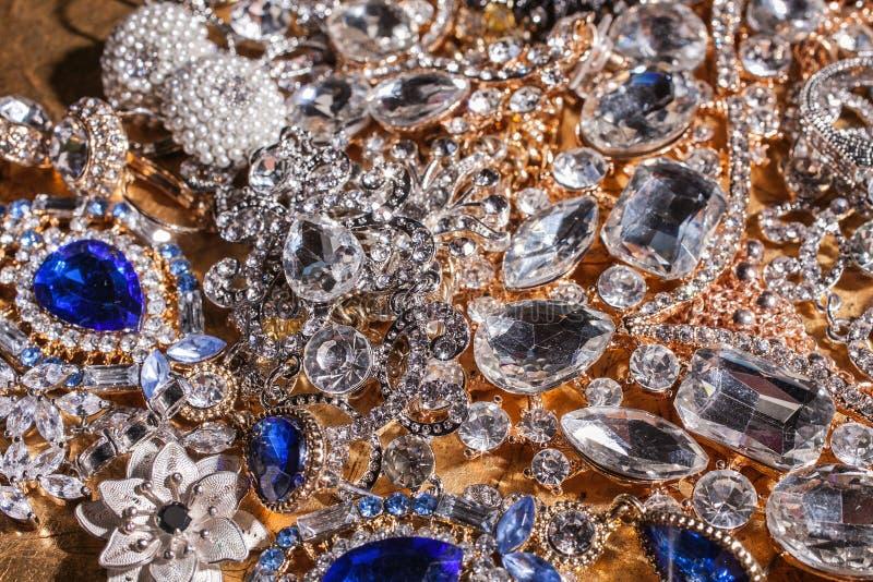 Fond des bijoux de luxe d'or et argentés précieux photo stock