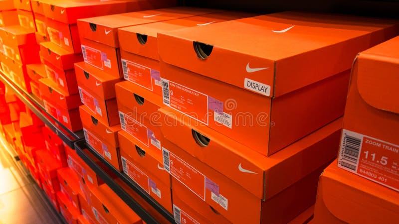 Actions Des Photo De Empilées Boîtes Le Dans Chaussures Magasin FJlK1cT