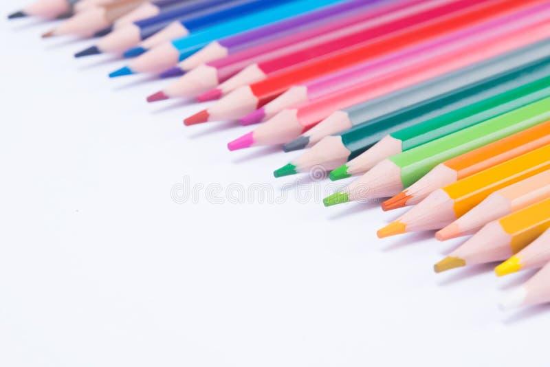 fond des crayons colorés étendus dans le bon, supérieur coin photos libres de droits