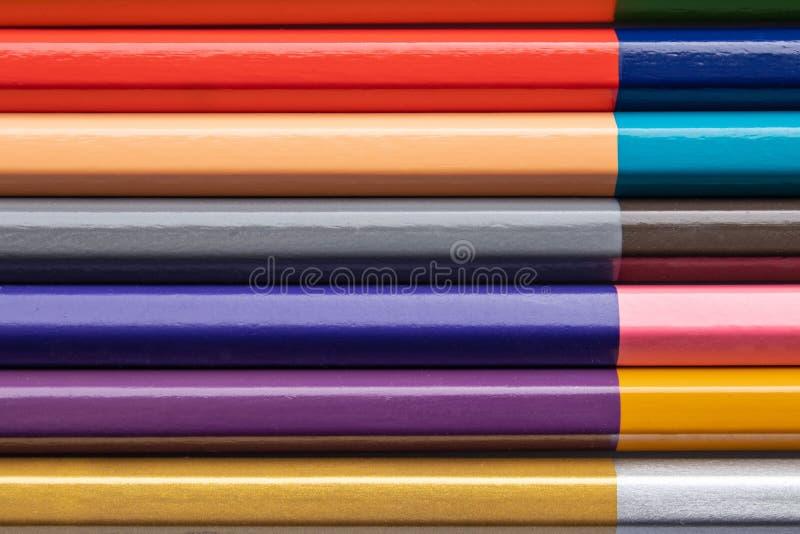 Fond des crayons en bois colorés pour la créativité des enfants Plan rapproch? photo stock