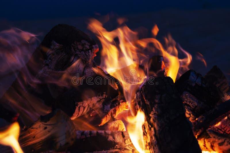 Fond des flammes et des braises rougeoyantes image stock