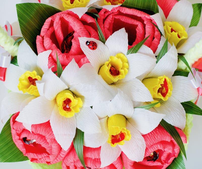 Fond des fleurs artificielles et des bonbons photo libre de droits