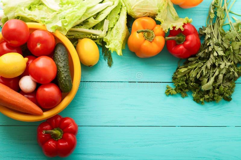 Fond des légumes colorés sur le fond en bois bleu Champignons, citron, tomate Macro et sélectif foyer Vue supérieure photo stock