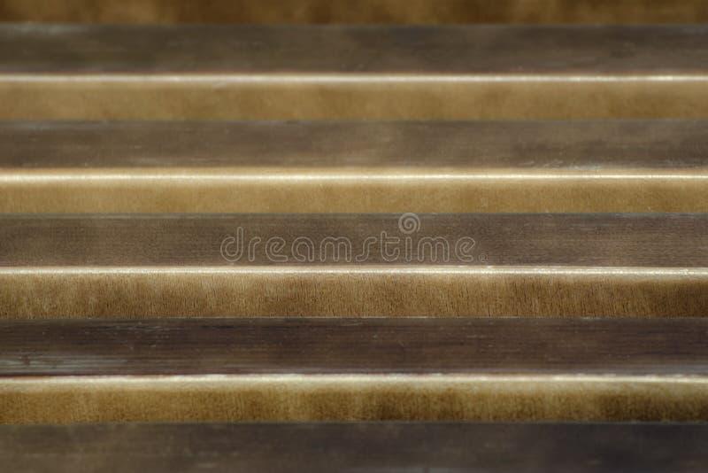 Fond des lamelles en bois brunes Lignes parall?les Image abstraite images stock