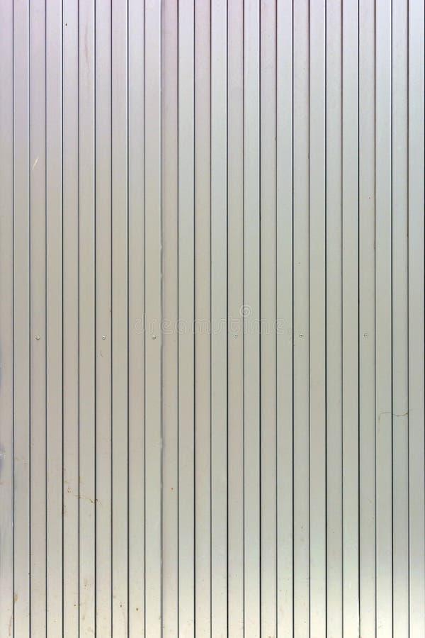 Fond des lignes droites verticales Le mur est beige pâle des rayures peu communes, lattes image libre de droits