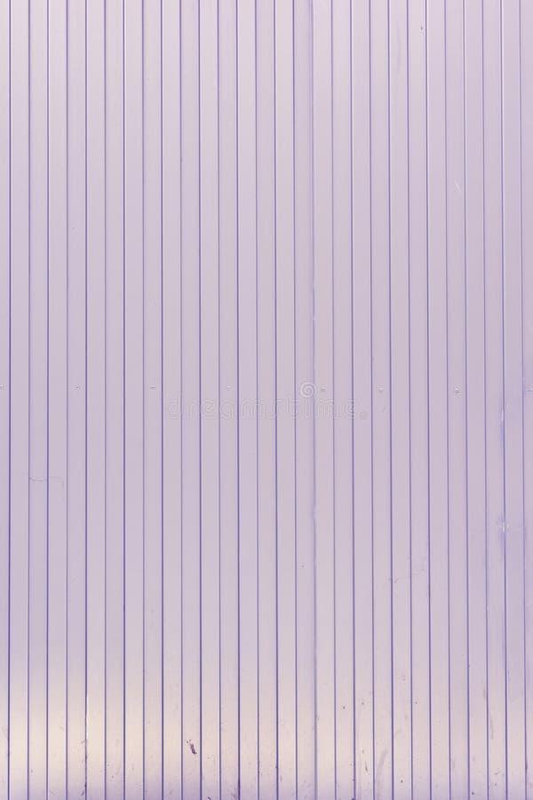 Fond des lignes verticales des lignes Mur lilas pâle des bandes peu communes, lattes image stock