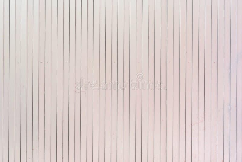 Fond des lignes verticales des lignes Pâlissez - le mur rose des rayures peu communes, lattes images libres de droits
