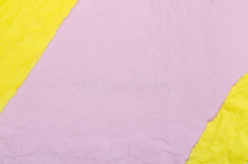 Fond des morceaux de papier chiffonn? jaune et rose photographie stock libre de droits
