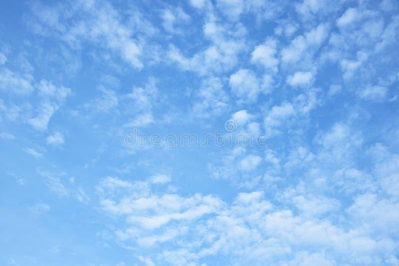 Fond des nuages gonflés et du ciel bleu image libre de droits