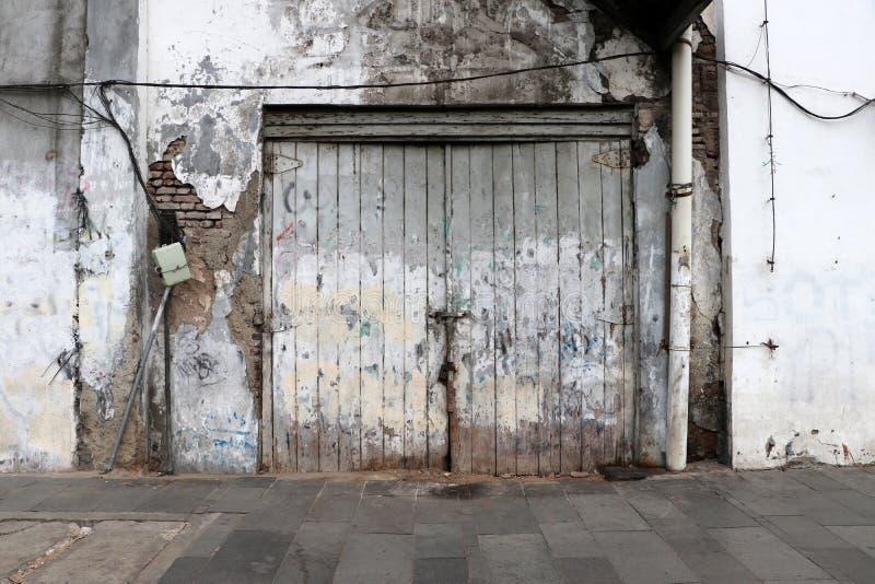 Fond des portes en bois et des vieux murs photos stock