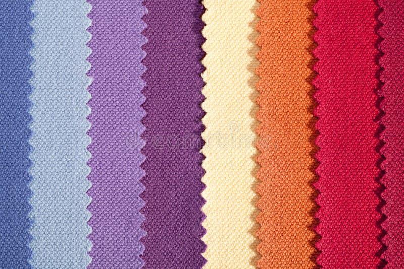 Fond des rayures verticales colorées du tissu de coton dentelé photos stock