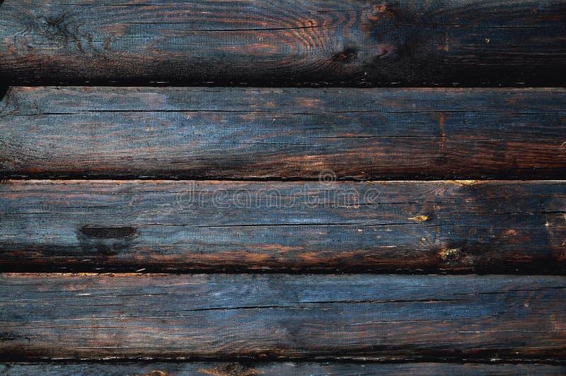 Fond des rondins en bois de couleur brun-noire carbonisée photo libre de droits
