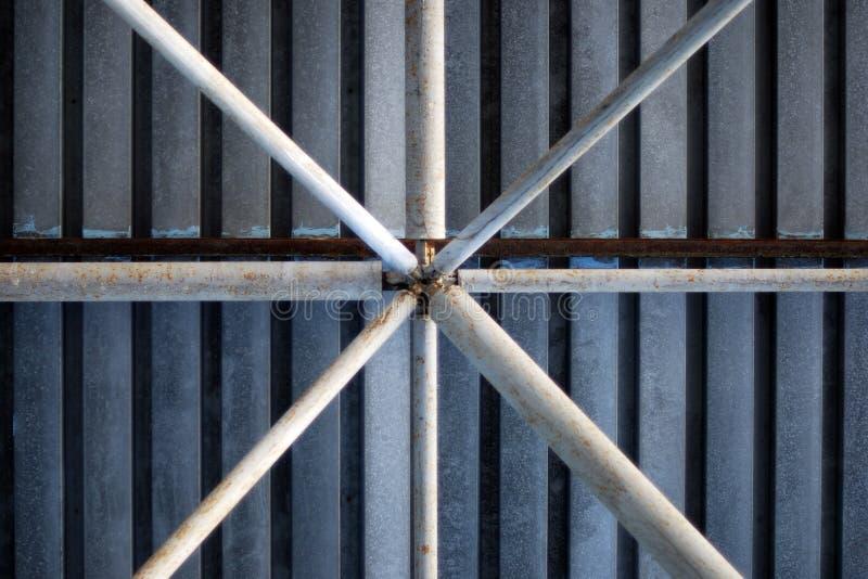 Fond des tuyaux en métal sous le toit galvanisé du garage de parking photos stock