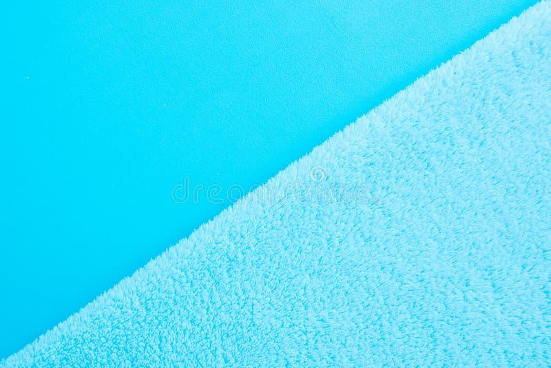 Fond diagonal de deux types de tissu bleu - lissez et grippe photographie stock