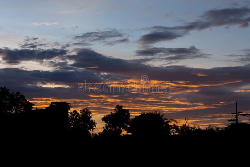 Fond dramatique de ciel de coucher du soleil, ciel crépusculaire coloré image libre de droits