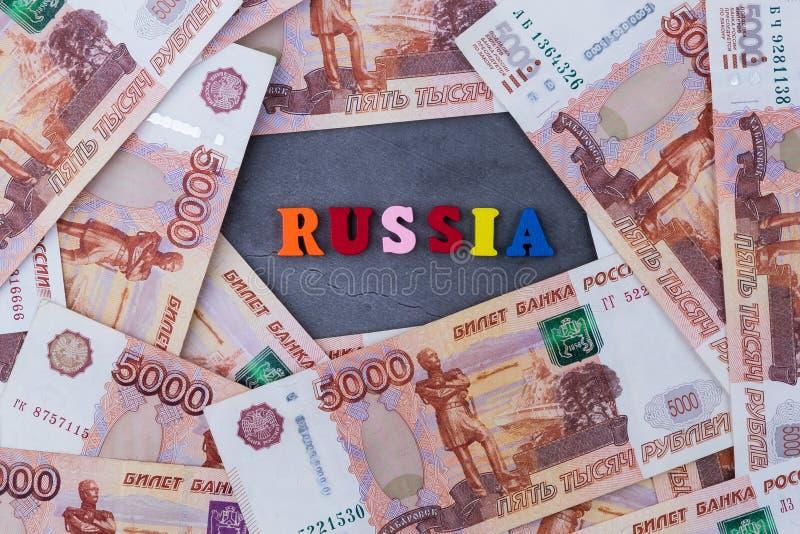 Fond du billet de banque de roubles russes de cinq mille, l'inscription Russie image libre de droits