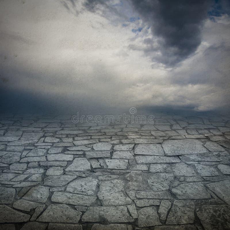 Fond du ciel et d'une passerelle en pierre photo libre de droits