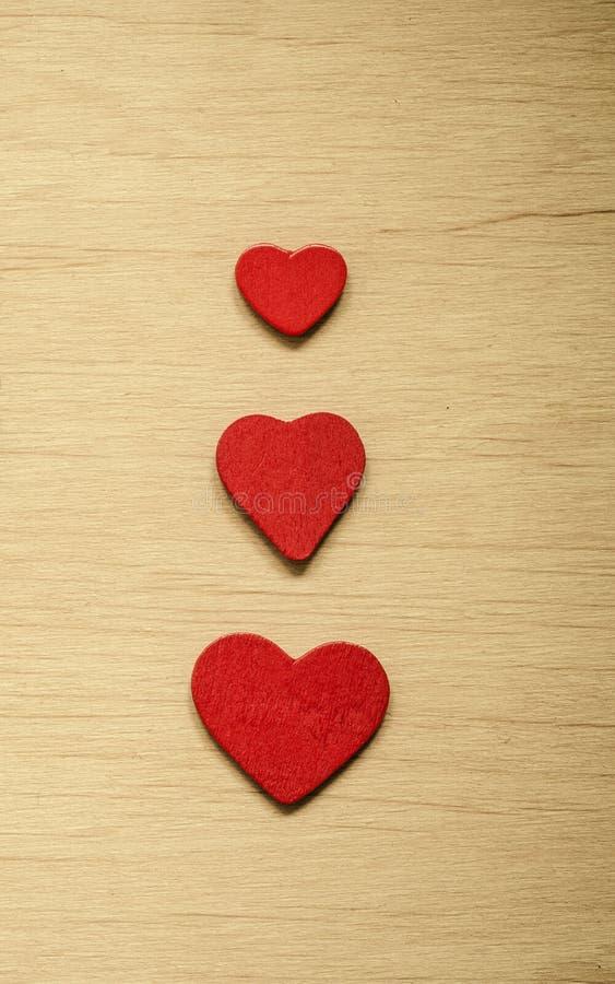 Fond du jour de Valentine Coeurs décoratifs rouges photographie stock
